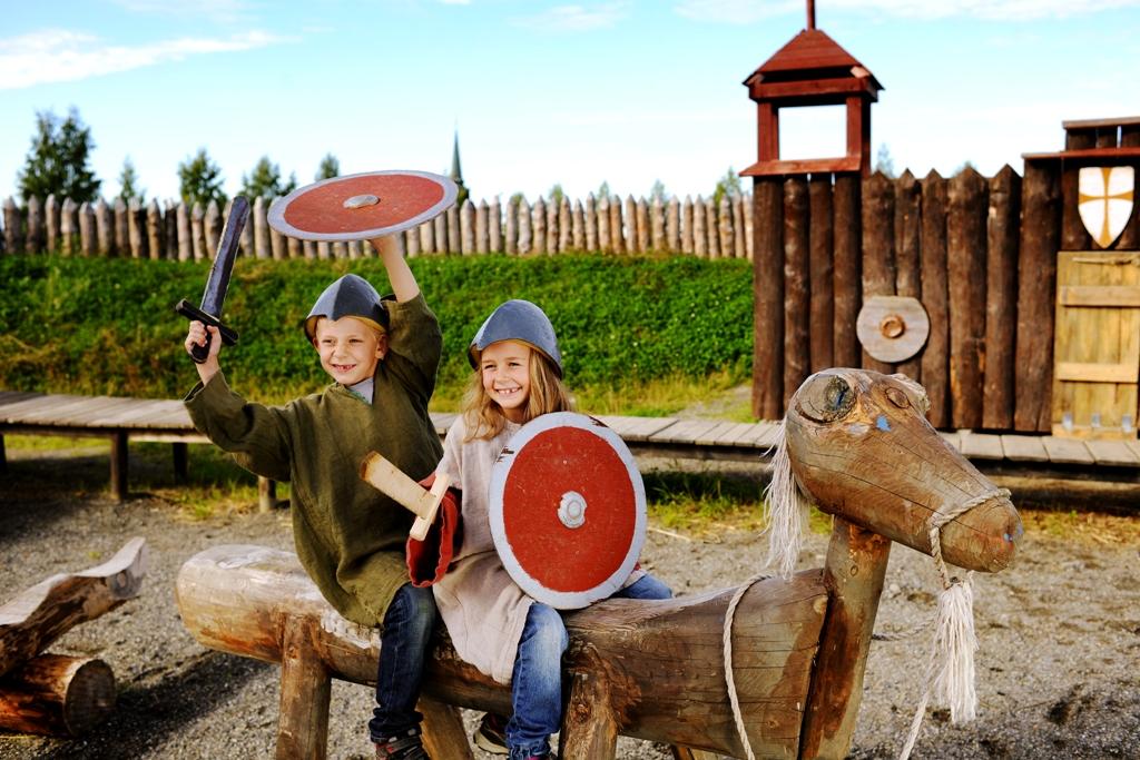 Stiklestad: barn leker vikinger
