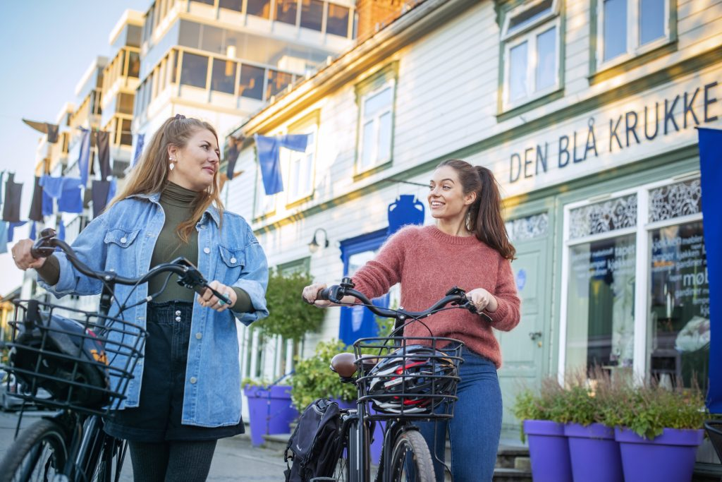 På sykkel i Verdal sentrum. Foto Marius Rua/Buckethau