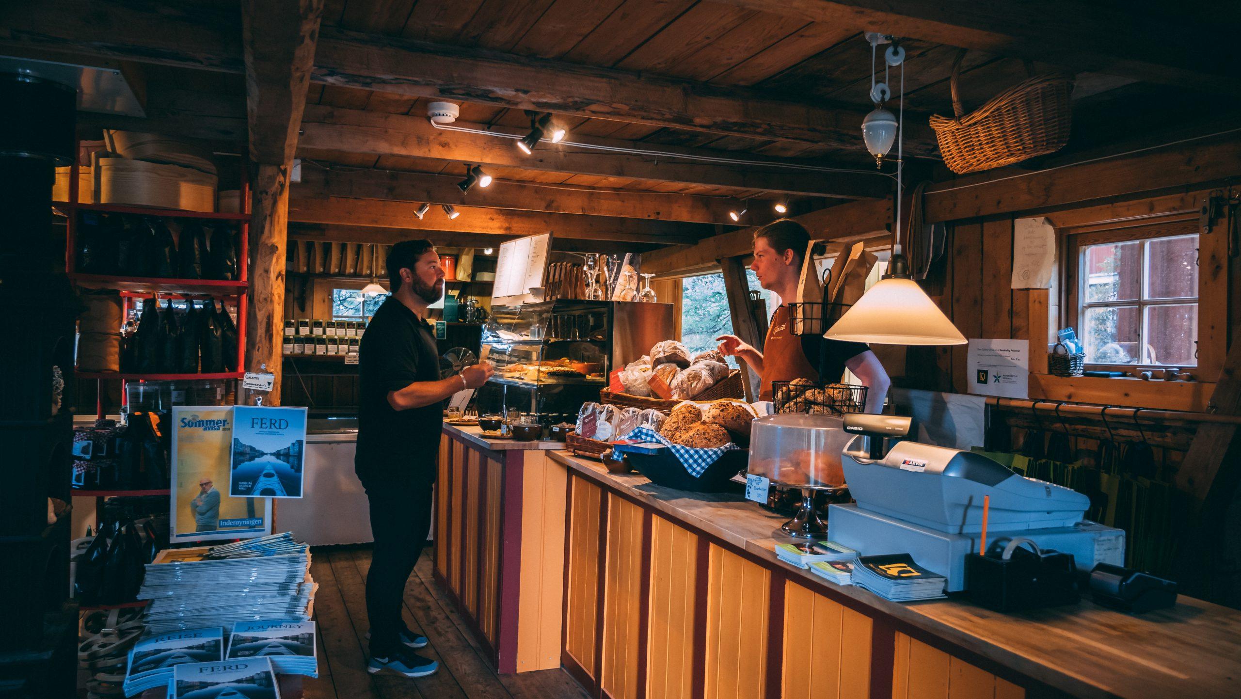 Handel på Gulburet, langs Den Gyldne Omvei.Foto Fredrik Bye Ravn Film
