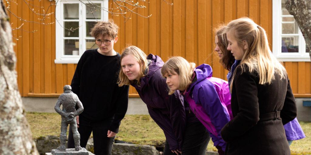 Nils Aas på Fjorden - guidet skulpturvandring og Fjordtur. Foto Ida Marie Carlsen