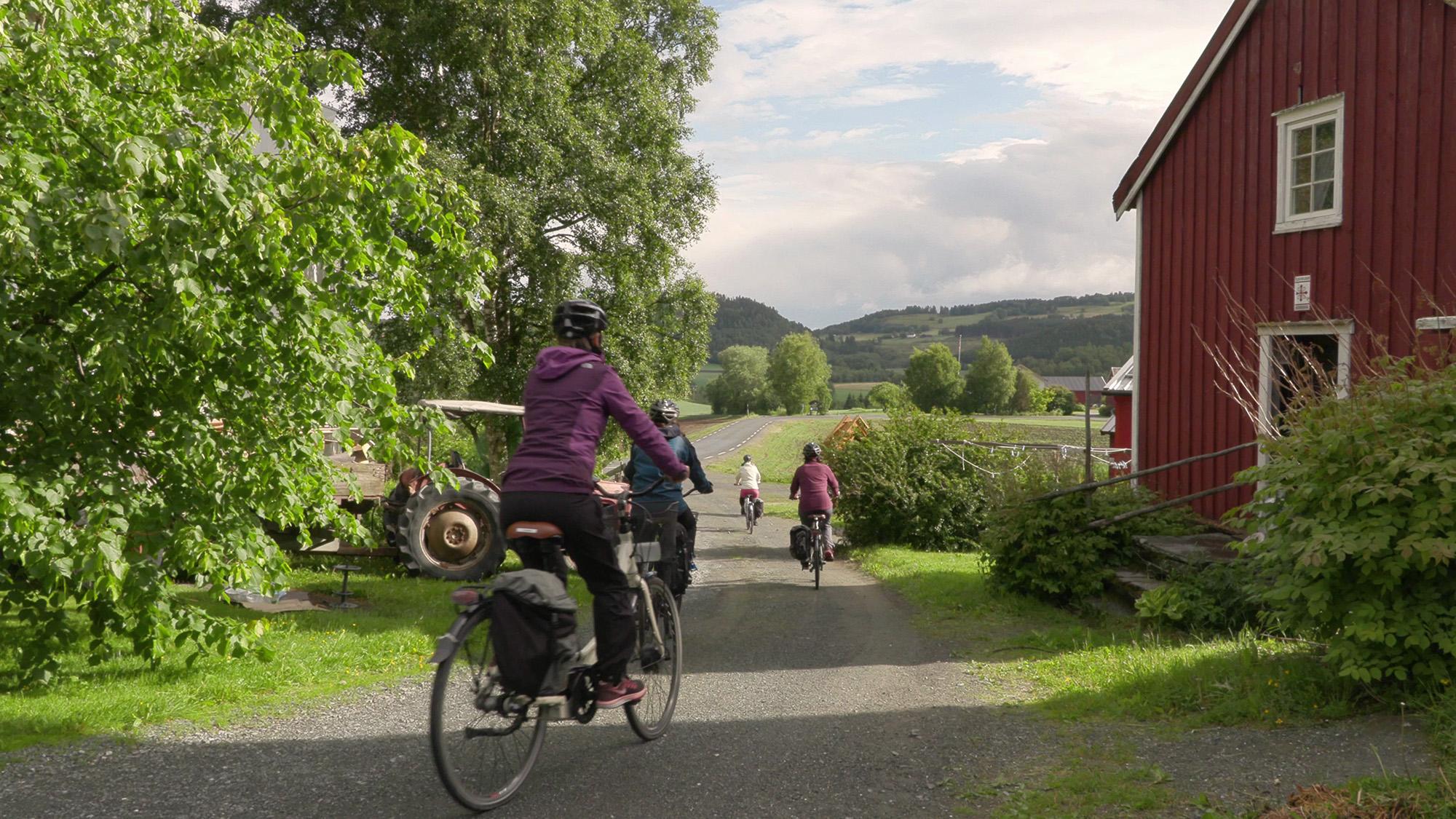 Damer på sykkeltur hos Munkeby Herberge Foto: Trønder -TV